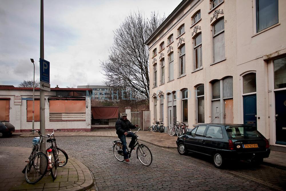 De Driekoningendwarsstraat in Arnhem, the Netherlands op 01 February, 2008. In deze voormalige hoerenbuurt in het Spijkerkwartier zijn de meeste panden, waarin voorheen veelal bordelen gehuisvest waren, opgekocht door de gemeente om deze vervolgens weer aan jonge starters op de huizenmarkt te verkopen. Op deze manier wil men de prostitutie uit de wijk verdrijven. (photo by Michel de Groot)