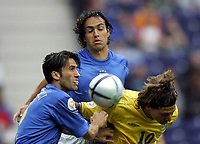 Fotball<br /> Euro 2004<br /> 18.06.2004<br /> Sverige v Italia 1-1<br /> Foto: Omega/SBI/Digitalsport<br /> NORWAY ONLY<br /> <br /> ZLATAN IBRAHIMOVIC TRA CHRISTIAN PANUCCI E ALESSANDRO NESTA