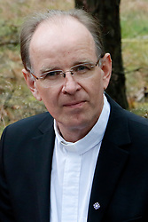 """Am 29. Juni 2014 begeht die Ökumenische Initiative """"Gorlebener Gebet"""" ihr 25-jähriges Bestehen. Seit 1989 feiert die Initiative jeden Sonntag unter freiem Himmel einen Gottesdienst in Sichtweite des so genannten Erkundungsbergwerks im Wald bei Gorleben. Dabei ist noch kein einziges Gebet ausgefallen. Im Bild: Landesbischof Ralf Meister<br /> <br /> Ort: Gorleben<br /> Copyright: Andreas Conradt<br /> Quelle: PubliXviewinG"""