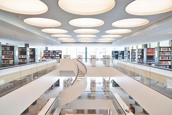 Nederland, Nijmegen, 20-8-2018De bibliotheek van het nieuwe Grotiusgebouw van de rechtenfaculteit, faculteit der Rechtsgeleerdheid, van de Radboud Universiteit Nijmegen op de campus Heijendaal. FOTO: FLIP FRANSSEN