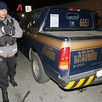 Toluca, Mex.- Policias municipales del agrupamiento EPET, localizaron abandonada una camioneta transportadora de valores en la avenida 1 de Mayo en la zona industrial, la cual fue robada el dia de ayer en el municipio de Tlalnepantla con mas de 500 mil pesos en efectivo. Agencia MVT / Mario Vazquez de la Torre. (DIGITAL)<br /> <br /> <br /> <br /> <br /> <br /> <br /> <br /> NO ARCHIVAR - NO ARCHIVE