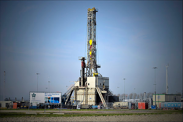Nederland, Loppersum, 15-4-2015Beelden uit het gebied in de provincie Groningen die ernstig te lijden heeft onder de gevolgen van de gaswinning door de NAM. 43 Huizen met aardbevingsschade zullen gesloopt moeten worden. De gaswinning in de nabijheid van dit dorp moet gestopt worden. Er zijn enkele winlocaties vlakbij zoals hier bij 't Zandt. Aardschokken door gaswinning bij deze locatie zijn de zwaarste waargenomen.Foto: Flip Franssen/ Hollandse Hoogte