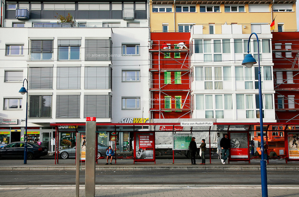 """Germany, Freiburg , ill quartiere di Rieselfeld. iniziato nel 1994 è concepito per accogliere 10.000 abitanti in abitazioni a basso impatto energetico e abitazioni passive. .. Germany, Freiburg , ill quartiere di Rieselfeld. iniziato nel 1994 è concepito per accogliere 10.000 abitanti in abitazioni a basso impatto energetico e abitazioni passive. ....Germany, Freiburg.The district of Rieselfeld is situated in the..West of Freiburg and is providing 4200..residential units for about 10,000 to 12,000..inhabitants...The construction of the district of Rieselfeld..started in 2004 is planned to be completed..by 2010...The political guidelines for the town planning concept have..been in effect since 1994...Traffic systems that give priority to public transport and..foot- and bicycle traffic...Orientation towards ecological objectives: low-energy..construction standard..High quality of private and public green spaces and of..leisure centres...priority for public transport, pedestrians and cyclists; easy access to the..public transport for all residents; a general speed limit of 30 km/h; several """"play..streets"""" in which playing kids have priority; right-before-left rule of priority for speed..reduction."""