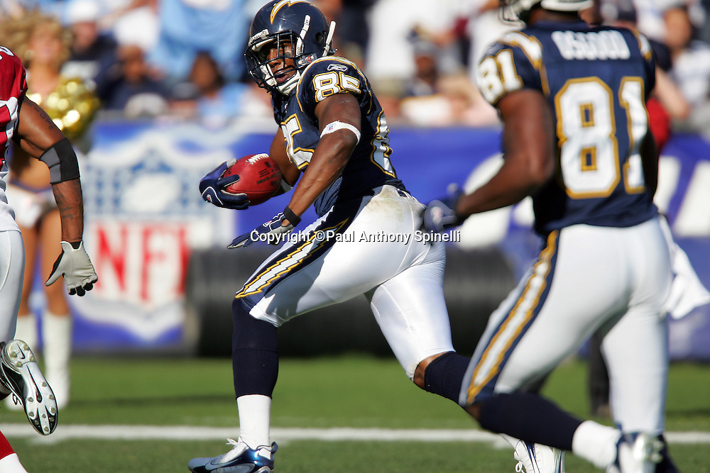 SAN DIEGO - DECEMBER 31:  Tight end Antonio Gates #85 of the San Diego Chargers catches a 33 yard touchdown pass for a 10-7 load over the Arizona Cardinals at Qualcomm Stadium on December 31, 2006 in San Diego, California. The Chargers defeated the Cardinals 27-20 to secure the number one seed in the AFC playoffs. ©Paul Anthony Spinelli *** Local Caption *** Antonio Gates