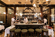 Milan, GIACOMO, il Bistrot . Giacomo Bistrot offers non-stop service 7 days a week from noon to midnight. The mood of the décor that distinguishes the three rooms interconnected by arches, pairs the retro atmosphere of classic French bistrots and touches with a typically masculine, Anglophile flavour, such as the gentleman's club-style bookcases with serried ranks of Morocco leather-bound gold-stamped books. Architects Laura Sartori Rimini and Roberto Peregalli wanted to evoke the essential elements of a certain kind of décor from north of the Alps in such a way that they seem to have always been here. In reality, everything from distribution of the space to the smallest detail of the décor was created from nothing by the designer duo The Bistrot shows itself at its very best in the evening, when the subdued lighting gives it a cosy but sophisticated nocturnal charm that invites intimacy.