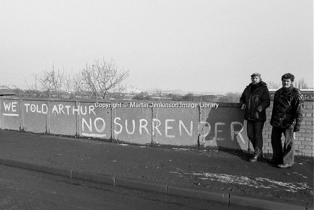 Cortonwood pickets and No Surrender graffiti on railway bridge. Brampton Bierlow. 1984-85 miners strike. Jan 1985.