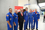 201806089 - Paolo Nespoli con gli astronauti consegna bandiera CRI