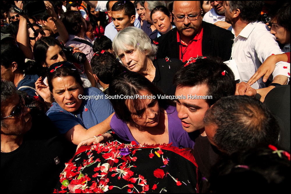 Joan Turner Jara, and family members.<br /> After 36 years, Chile's most popular folk singer, Victor Jara was mourned and buried. About 10.000 people attended to his vigil and funeral. Victor Jara was assassinated on September 15 1973 by Pinochet`s military officials of at least 43 gunshots and massive beatings. His 1973 funeral had to be made in private because of military restrictions.