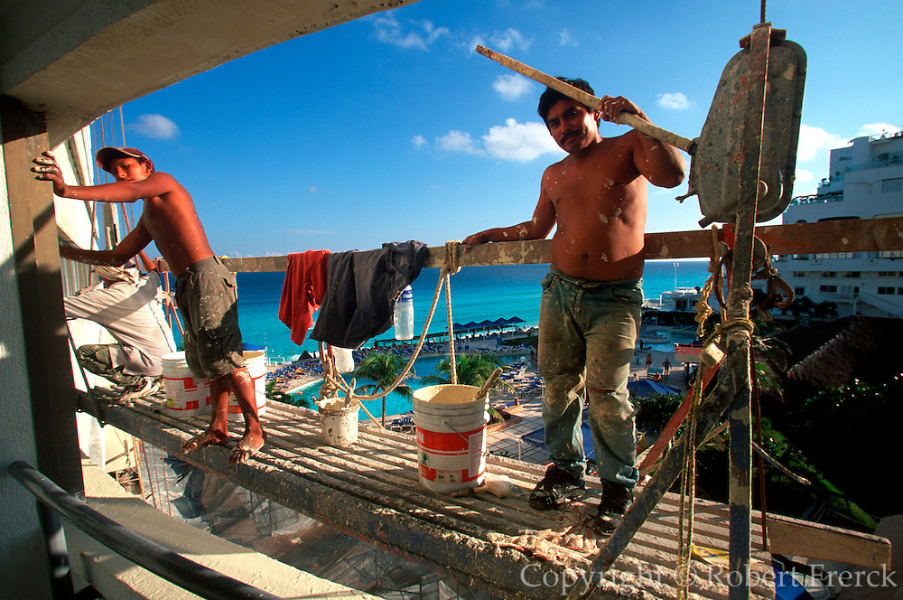 MEXICO, YUCATAN, TOURISM Cancun; painters on a scaffold