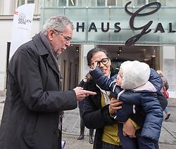 23.02.2016, Rathaus, Innsbruck, AUT, Unterschriftensammelaktion vom Grünen Präsidentschaftskandidaten Alexander van der Bellen, im Bild Präsidentschaftskandidat Alexander van der Bellen (die Grünen) im gespräch mit Passanten // during Signature collection campaign of the Green presidential candidate Alexander van der Bellen at the Rathaus in Isnnsbruck, Austria on 2016/02/23. EXPA Pictures © 2015, PhotoCredit: EXPA/ Johann Groder