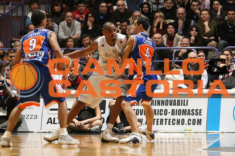DESCRIZIONE : Bologna Lega A1 2007-08 La Fortezza Virtus Bologna Tisettanta Cantu<br /> GIOCATORE : Alan Anderson <br /> SQUADRA : La Fortezza Virtus Bologna<br /> EVENTO : Campionato Lega A1 2007-2008 <br /> GARA : La Fortezza Virtus Bologna Tisettanta Cantu<br /> DATA : 27/01/2008<br /> CATEGORIA : Palleggio  <br /> SPORT : Pallacanestro <br /> AUTORE : Agenzia Ciamillo-Castoria/M.Marchi