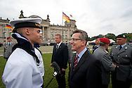 Verteidigungsmnister Thomas de Maiziere (CDU) und Christian Wulff beim feierlichen Gelöbnis von 470 Soldaten zum 67. Jahrestag des Attentats auf Hitler in Berlin. ./ 200711