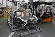 Mlada Boleslav/Tschechische Republik, Tschechien, CZE, 19.03.07: Für den Export vorbereitete Skoda Octavia Karosserie beim Verladen mit einem Gabelstapler auf dem Werksgelände der Skoda Auto Fabrik in Mlada Boleslav. Der tschechische Autohersteller Skoda ist ein Tochterunternehmen der Volkswagen Gruppe.<br /> <br /> Mlada Boleslav/Czech Republic, CZE, 19.03.07: Skoda Octavia car body-frame shifted on highlifted truck at Skoda Car factory in Mlada Boleslav. Czech car producer Skoda Auto is subsidiary of the German Volkswagen Group (VAG).