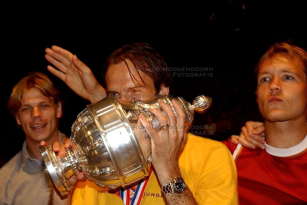 02-06-2003 NED: Huldiging bekerwinnaar FC Utrecht, Utrecht<br /> De spelers en de technische staf kregen een rondrit door de stad in een open Engelse dubbeldekker. Om 20.30 uur keert de stoet terug in Galgenwaard en zal in het stadion de offici&euml;le huldiging plaatsvinden / Arco Jochemsen, Dave van den Bergh, Igor Gluscevic