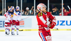 11.03.2016, Eisarena, Salzburg, AUT, EBEL, EC Red Bull Salzburg vs EC KAC, Viertelfinale, 7. Spiel, im Bild Torjubel Red Bulls, Emty Net Goal, Ben Walter (EC Red Bull Salzburg), Manuel Geier (KAC) // during the Erste Bank Icehockey League 7th quarterfinal match between EC Red Bull Salzburg and EC KAC at the Eisarena in Salzburg, Austria on 2016/03/11. EXPA Pictures © 2016, PhotoCredit: EXPA/ JFK