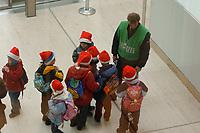 28 NOV 2001, BERLIN/GERMANY:<br /> Eine Abordnung von Weihnachtszwergen (oder eine Kindergartengruppe mit Nikolaus Muetzen)  beschaeftigt einen Polizeibeamten am Westeingang des Reichstagsgebaeudes, Deutscher Bundestag<br /> IMAGE: 20011128-01-056<br /> KEYWORDS: Kind, Kinder, child, children