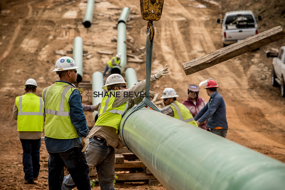 6/1/17 9:01:50 AM -- Sen. James Inhofe visits the Diamond Pipeline sight with representatives from Plains All American Pipeline, Valero and Pumpco Pipeline Construction near Hectorville, Okla.<br /> <br /> Photo by Shane Bevel