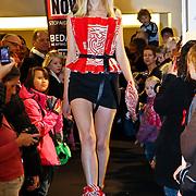 NLD/Amsterdam/20101128 - Modeshow en verkoop Artbags t.b.v het Aidsfonds in de Bijenkorf, Model showt jurk gemaakt van artbag