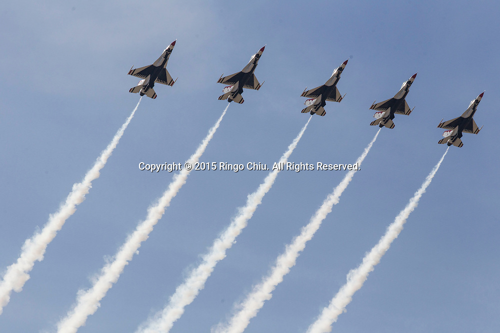 3月21日,在美國加州蘭開斯特的威廉&middot;福克斯機場舉了洛杉磯郡航空展。圖為美國空軍雷鳥隊表演。(新華社發 趙漢榮攝)<br /> The U.S. Air Force Thunderbirds &quot;F-16 Fighting Falcon&quot; performs in in the Los Angeles County Air Show at William J Fox Airport  in Lancaster, California on March 21, 2015. (Xinhua/Zhao Hanrong)(Photo by Ringo Chiu/PHOTOFORMULA.com)