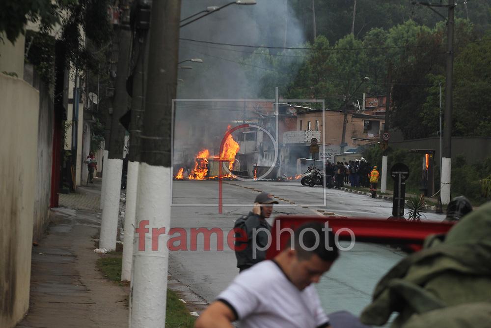 São Paulo,(SP), 07/10/2013 -  Um grupo de manifestantes bloquearam a rua Luis Migliano,Vila Andrade, Morumbi,zona sul, na manhã desta segunda feira,(07), em protesto por moradia, e atearam fogo em lixo e um carro que estava parado