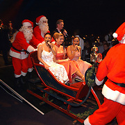 Lee Towers bezoekt World Fantasy Dinner kerstshow Hilversum met kinderen, o.a. Alma Nieto in een arreslee