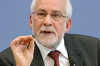 """19 OCT 2006, BERLIN/GERMANY:<br /> Prof. Dr. Gebhard Flaig, ifo, München (Sprecher), Pressekonferenz zur Veroeffentlichung des Gutachtens """"Die Lage der Weltwirtschaft und der deutschen Wirtschaft im Herbst 2006"""", Bundespressekonferenz<br /> IMAGE: 20061019-02-022<br /> KEYWORDS: Herbstgutachten, Wirtschaftsgutachten, Wirtschaftsweise, Wirtschaftsweisen,"""