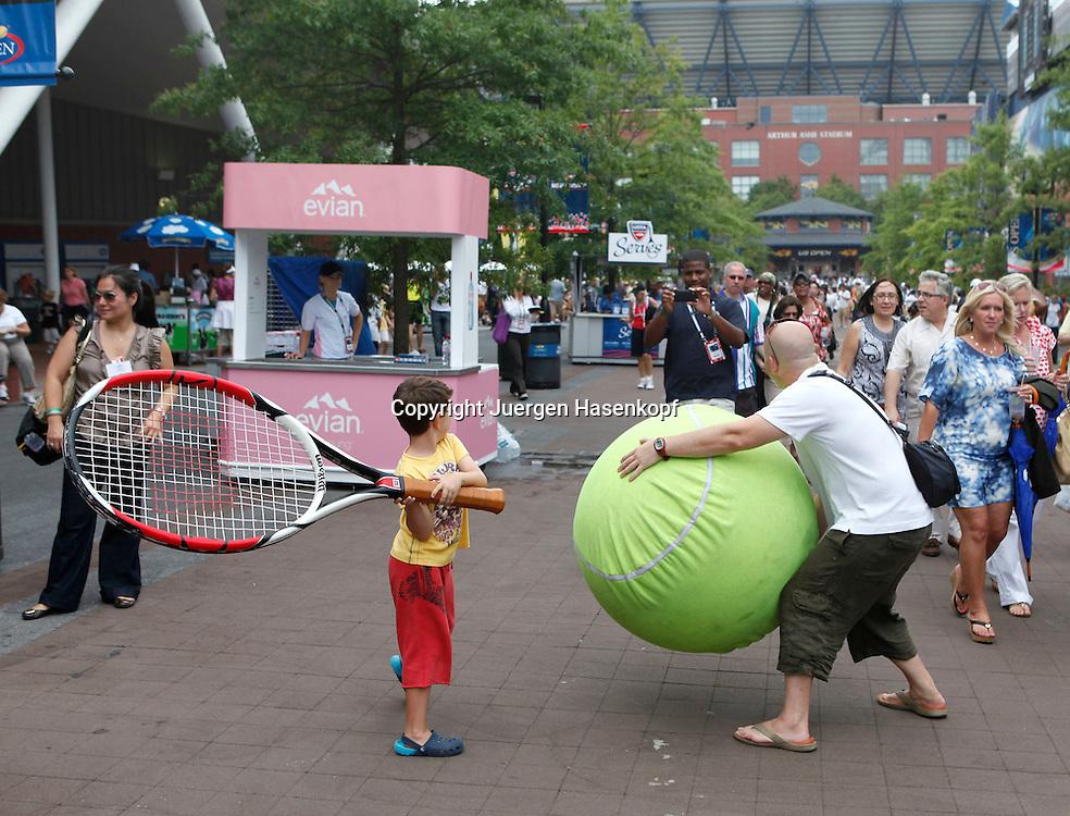 US Open 2010, USTA Billie Jean National Tennis Center, NewYork,.ITF Grand Slam Tennis Tournament , Feature, kleiner Junge posiert fuer Foto mit Riesenschlaeger,Unterhaltungsprogramm, Entertainment,Spass,
