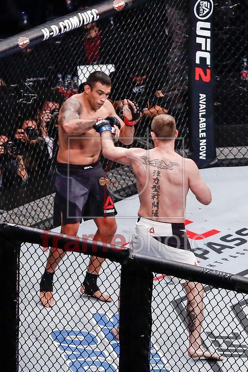 Fabricio Werdum (108,8kg) de preto x Stipe Miocic (109,3kg) durate o UFC 198 que acontece no estádio da Arena da Baixada em Curitiba (14/05). Foto: Thiago Bernardes / FramePhoto