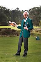 UTRECHT - Voormalig NGF President Jan Willem Verloop op Golfclub Den Pan in Bosch en Duin. Op de foto met het ouden NGF logo en een foto mat Rol Olland en mevrouw......COPYRIGHT KOEN SUYK