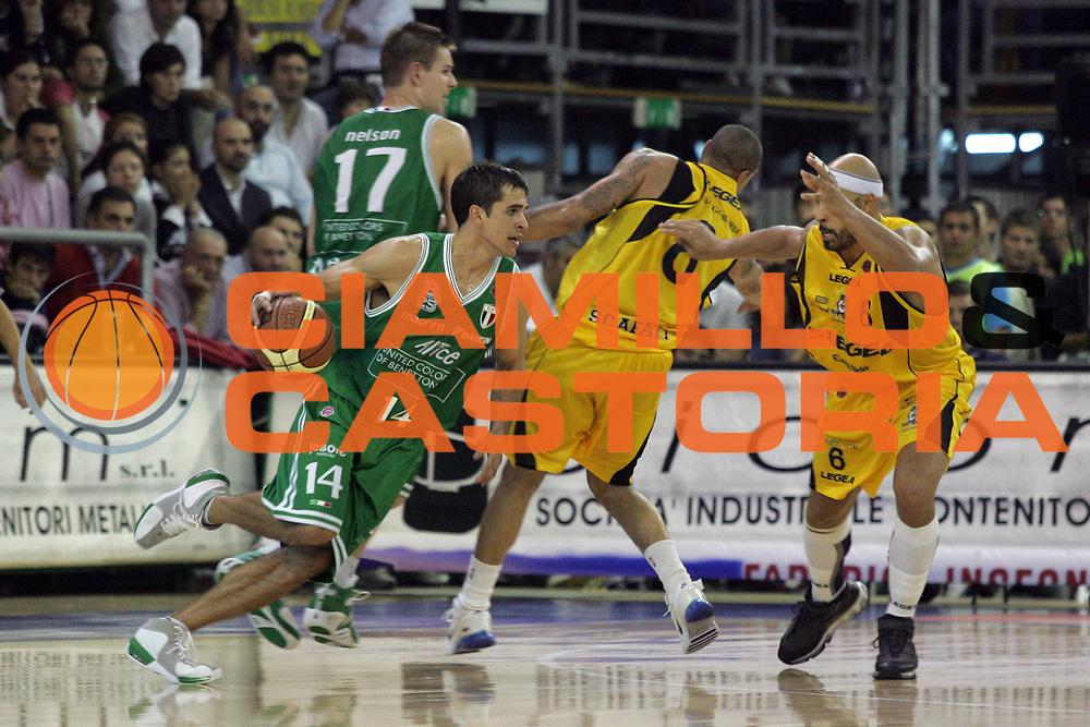 DESCRIZIONE : Scafati Lega A1 2006-07 Legea Scafati Benetton Treviso <br /> GIOCATORE : Frahm<br /> SQUADRA : Benetton Treviso<br /> EVENTO : Campionato Lega A1 2006-2007 <br /> GARA : Legea Scafati Benetton Treviso  <br /> DATA : 22/10/2006 <br /> CATEGORIA : Palleggio<br /> SPORT : Pallacanestro <br /> AUTORE : Agenzia Ciamillo-Castoria/A.De Lise <br /> Galleria : Lega Basket A1 2006-2007 <br /> Fotonotizia : Citta Campionato Italiano Lega A1 2006-2007 Legea Scafati Benetton Treviso<br /> Predefinita :