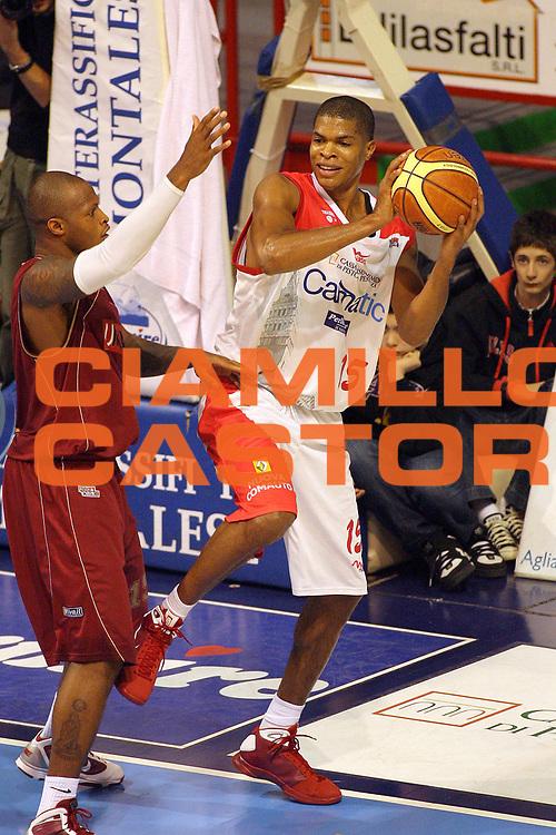 DESCRIZIONE : Pistoia Lega A2 2009-10 Carmatic Pistoia Umana Reyer Venezia<br /> GIOCATORE : Slay Tamar<br /> SQUADRA : Carmatic Pistoia<br /> EVENTO : Campionato Lega A2 2009-2010<br /> GARA : Carmatic Pistoia Umana Reyer Venezia<br /> DATA : 06/12/2009<br /> CATEGORIA : Passaggio<br /> SPORT : Pallacanestro<br /> AUTORE : Agenzia Ciamillo-Castoria/Stefano D'Errico<br /> Galleria : Lega Basket A2 2009-2010 <br /> Fotonotizia : Pistoia Lega A2 2009-2010 Carmatic Pistoia Umana Reyer Venezia<br /> Predefinita :