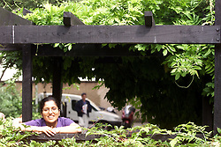 Study on Sonia Panchal r/e Woolwich shares, August 10, 2000. Photo by Andrew Parsons / i-Images.