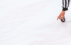 04.10.2016, Eisarena, Salzburg, AUT, CHL, EC Red Bull Salzburg vs SC Bern, Sechzehntelfinale, Hinspiel, im Bild Feature CHL Eishockey, Puck, Schiedsrichter // during the Champions Hockey League Round of 32, 1st Leg match between EC Red Bull Salzburg and SC Bern at the Icearena, Salzburg, Austria on 2016/10/04. EXPA Pictures © 2016, PhotoCredit: EXPA/ JFK