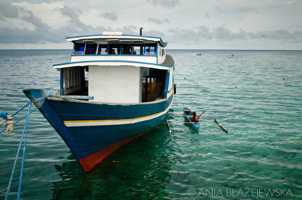 Philippines, Tawi Tawi. A big and a small boat at the shore of Simunul Island.