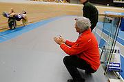 Aurelien Bonneteau is bezig met het werelduurrecord op de ligfiets