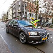 NLD/Amsterdam//20170309 - Herdenkingsdienst Guus Verstraete, Auto Ben Cramer die de weg vraagt