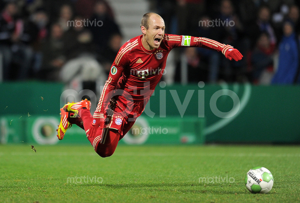 Fussball DFB Pokal:  Saison   2011/2012  Achtelfinale  20.12.2011 VfL Bochum - FC Bayern Muenchen  Schwalbe Arjen Robben (FC Bayern Muenchen)