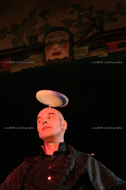 Jonglage-Künstler Jochen Schell tritt auf der Lachparade 2008 im niedersächsischen Waddeweitz auf.