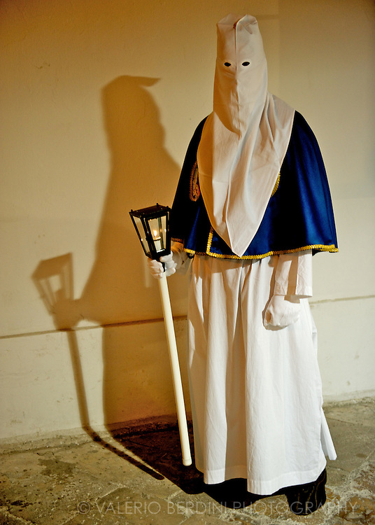 The different costumes of the penitents mark the belonging to the different confraternities
