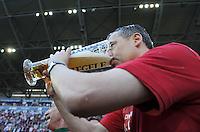 2. Fussball Bundesliga:  Saison  2010/2011    33. Spieltag  FC Augsburg - FSV Frankfurt     08.05.2011 AUGSBURG JUBEL NACH DEM AUFSTIEG IN DIE ERSTE 1. BL JUBEL nach dem SIEG Manager Andreas Rettig (FC Augsburg) TRINKT EIN BIER