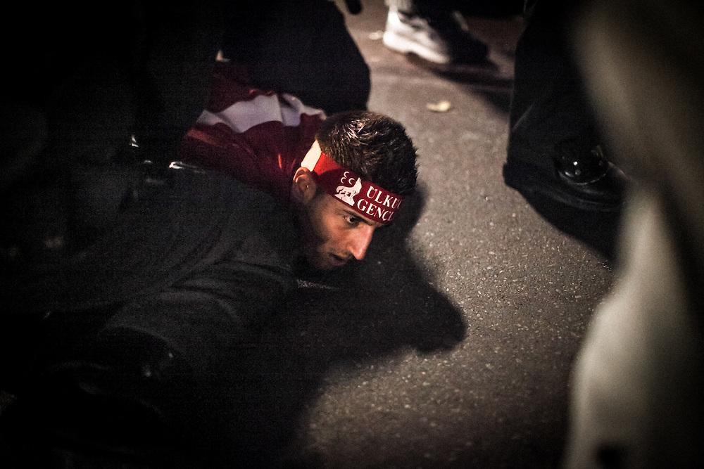 198 / Graue Woelfe und rechtsextreme tuerkische Ultra- Nazionalisten in Berlin- Kreuzberg: EUROPA, DEUTSCHLAND, BERLIN, KREUZBERG, 23.10.2011: Graue Wolfe auf einer Demonstration in Berlin. Graue Woelfe ist die Bezeichnung für Mitglieder der rechtsextremen tuerkischen Partei der Nationalistischen Bewegung MHP.  Sie treten vorrangig als eine rassistische, tuerkisch-nationalistische Bewegung in Erscheinung- Marco del Pra / imagetrust - Stichworte: Aufmarsch, Berlin, Demo, demonstration, DEUTSCHLAND, Europa, Festnahme, Festnahmen, Graue Wolfe, Hass, Kreuzberg, Kurden, Kurdenfrage, Kurdistan, MHP, Model Release:No, Nationalismus, Nationalistische Bewegung, Nazi, Nazis, Partei, Polizei, Property Release:No, Protest, Rassismus, Rassisten, Rechtsextrem, Rechtsextremismus, Stichwort, Tuerkei, Ultra- Nazionalisten, Wut