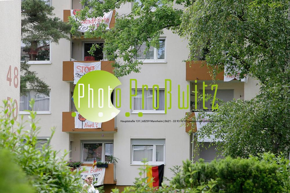 Mannheim. Gartenstadt. Gl&cedil;cksburger Weg. Hier soll die neue Stadtbahn Nord-Strecke verlaufen. Die Anwohner sind dagegen und demonstrieren.<br /> <br /> Bild: Markus Proflwitz / masterpress /   *** Local Caption *** masterpress Mannheim - Pressefotoagentur<br /> Markus Proflwitz<br /> C8, 12-13<br /> 68159 MANNHEIM<br /> +49 621 33 93 93 60<br /> info@masterpress.org<br /> Dresdner Bank<br /> BLZ 67080050 / KTO 0650687000<br /> DE221362249