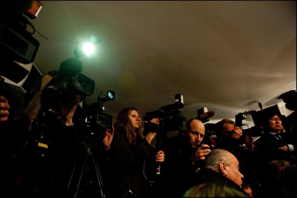 Les journalistes de television et les photographes lors de la conference de presse commune organisee par Cecile Duflot (Europe Ecologie Les Verts) Martine Aubry (Parti Socialiste) et Pierre Laurent (Parti Communiste Francais) a l'annonce des resultats. Le premier tour des elections cantonales vient de se terminer avec une participation faible et le Parti Socialiste est en tete, L'UMP est deuxieme. Paris le 21 mars 2011 © Benjamin Girette/IP3 press