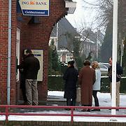 Lange rij voor de pinautomaat ING bank Huizen ivm omschakeling naar de euro