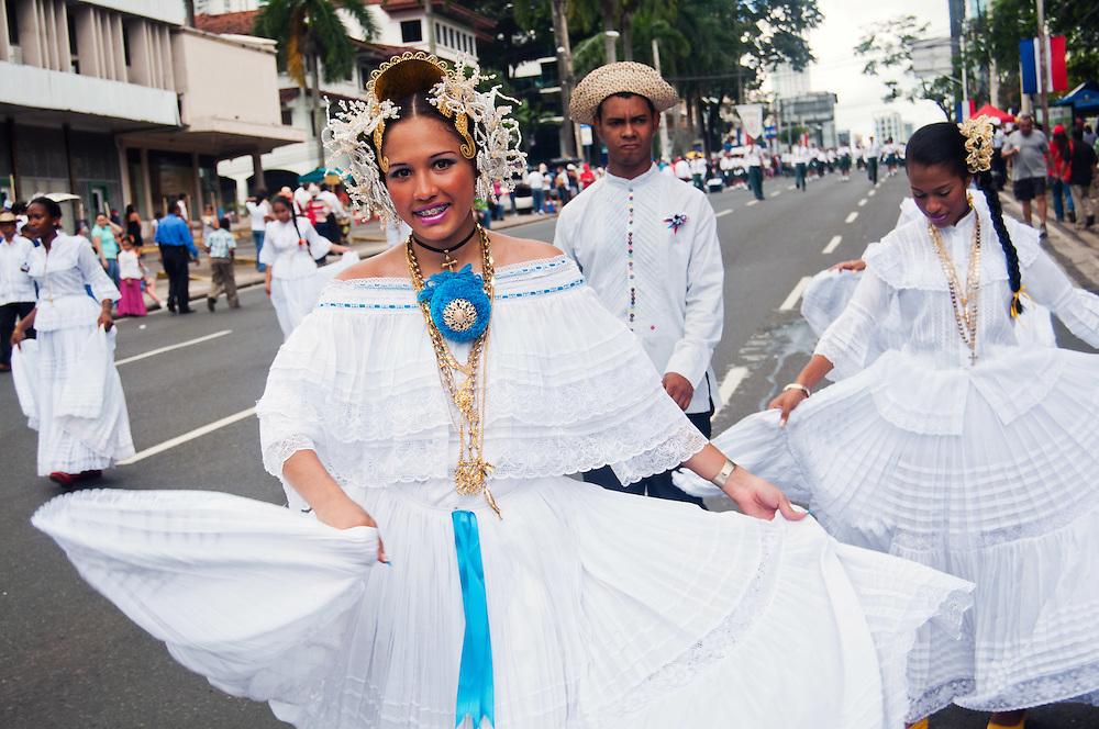 FIESTAS PATRIAS - PANAMA 2011<br /> Noviembre, mes de la patria de Panamá. Todo inicia el 3 de noviembre de 1903, en este día se celebra la separación de Panamá de Colombia, seguidamente el 4 de noviembre, los panameños celebran el día de la Bandera; el 5 de noviembres de 1903 se siguen luciendo las calles y avenidas de Panamá y la provincia de Colón con la reafirmación de la separación de Panamá de Colombia; el 10 de noviembre en 1821 se dio el Grito de Independencia de la Villa de Los Santos y el 28 de noviembre de 1821, se da la independencia de España.<br /> Noviembre, un mes donde se conmemoran días de mucha historia para la República de Panamá. Es en este mes donde la historia, los valores, las tradiciones y las costumbres folklóricas del país toman un verdadero realce a nivel nacional. En grandes masas se acercan miles de panameños y extranjeros dándose cita a las avenidas de la ciudad de Panamá y en las provincias dispuestos a disfrutar de los desfiles patrios preparados por las distintos colegios y por distintas asociaciones de la ciudad de Panamá. <br /> <br /> Photography by Aaron Sosa<br /> Ciudad de Panamá - Panamá 03-11-2011