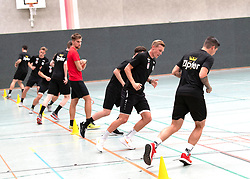 17.06.2019, Pasching, AUT, 1. FBL, Trainingsauftakt, LASK, im Bild Denny Krcmarek, Co-Trainer (LASK) überwacht den Lauftest // Denny Krcmarek, Co-Trainer (LASK) überwacht den Lauftest during a Trainingssession of Austrian tipico Bundesliga Club LASK in Pasching, Austria on 2019/06/17. EXPA Pictures © 2019, PhotoCredit: EXPA/ Reinhard Eisenbauer