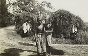 Kinderen, die korven dragen op Java. 1928 - 1932