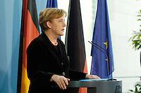 29 NOV 2005, BERLIN/GERMANY:<br /> Angela Merkel, CDU, Bundeskanzlerin, waehrend einem kurzen Pressestatement zur Entfuehrung einer deutschen Staatsbuergerin im Irak, Bundeskanzleramt<br /> IMAGE: 20051129-01-025<br /> KEYWORDS: Pressekonferenz
