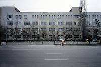 Trotz immenser Rohstoffvorkommen ist es der kasachsichen Nation 25 Jahre nach der Unabhängigkeit noch nicht gelungen, sich aus den Fesseln ihres sowjetischen Erbes zu befreien. Der Aufbau stabiler zivilgesellschaftlicher Strukturen ist bislang hinter den Erwartungen zurückgeblieben. Im autokratischen System des Präsidenten Nursultan Nasarbajew sind die Ölmilliarden zwar in Infrastrukturprojekte und den Aufbau der neuen Hauptstadt Astana geflossen, doch der Aufbau eine dringend benötigten Gesundheits- und Sozialsystems stockt gewaltig. Die Stagnation bei der Entwicklung eines zeitgemäßen Bildungssektors hat fatale Auswirkungen für den Aufbau gesellschaftlicher Strukturen, die die junge Nation auf dem Weg ins 21. Jahrhundert leiten könnten. Stattdessen beherrschen Korruption und Vetternwirtschaft in den Eliten das Land und schüren tiefes Mißtrauen gegen jede politische Aktivität in der Bevölkerung. Gefangen zwischen Sowjetnostalgie und Turbokapitalismus versucht eine junge Generation ihren Weg zu finden, ständig begleitet vom allgegenwärtigen Konterfei des Herrschers Nasarbajew. Wer es nicht schafft, einen begehrten Platz im Staatsdienst oder im Bankensektor zu ergattern fällt schnell durch das soziale Netz und findet sich am Rande der Gesellschaft wieder. Dennoch vertrauen viele Kasachen auf Nasarbajew, der zur Sicherung seiner Alleinherrschaft weder nationalistischen noch antirussischen Ressentiments widerspricht. Am 26. April 2015 finden in Kasachstan vorgezogene Präsisentschaftwahlen statt, die Nasarbajew erneut im Amt bestätigen sollen. Der Autokrat verspricht sich davon ein Zeichen der Stabilität, denn zuletzt war Kasachstan durch den schwachen russischen Rubelkurs wirtschaftlich unter Druck geraten. Ob es dem zentralasiatischen Staat gelingen wird, die soziale Schere zu schließen und der jungen Generation eine Perspektive zu bieten, wird sich erst langfristig zeigen. Im Augenblick verharrt das neuntgrößte Land der Erde in einer verhängnis