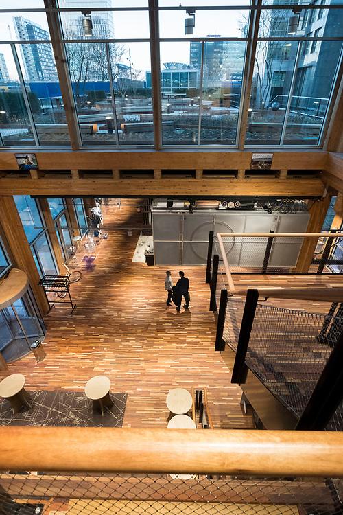 Nederland, Amsterdam, 20180206<br /> Circl, duurzaam gebouw van en naast hoofdkantoor ABNAmro op de Zuidas. Gebouw is volledig circulair gebouw met veel hergebruikt materiaal. Isolatie is bijvoorbeeld van oude spijkerbroeken van bankmedewerkers gemaakt. Circl is duurzaam en energiezuinig gebouwd en kan geheel gedemonteerd worden.<br /> <br /> Foto: (c)Michiel Wijnbergh